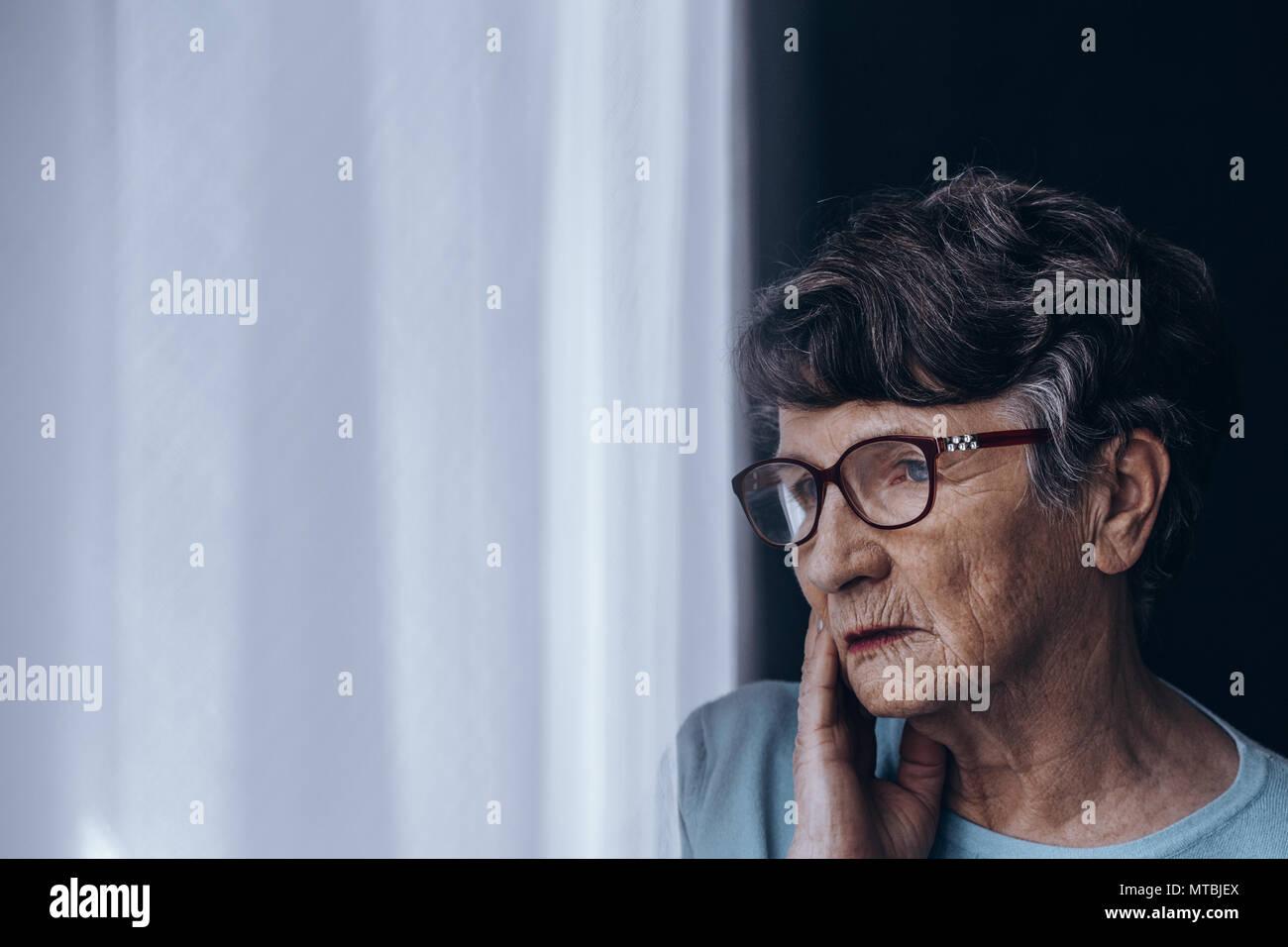 Triste, seule femme senior souffrant de dépression Photo Stock