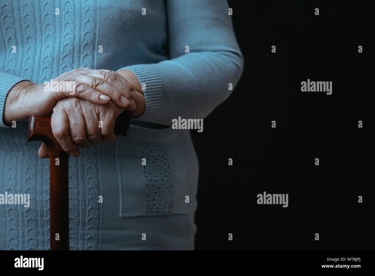 Vieille personne avec bâton de marche, fond noir, Close up Photo Stock