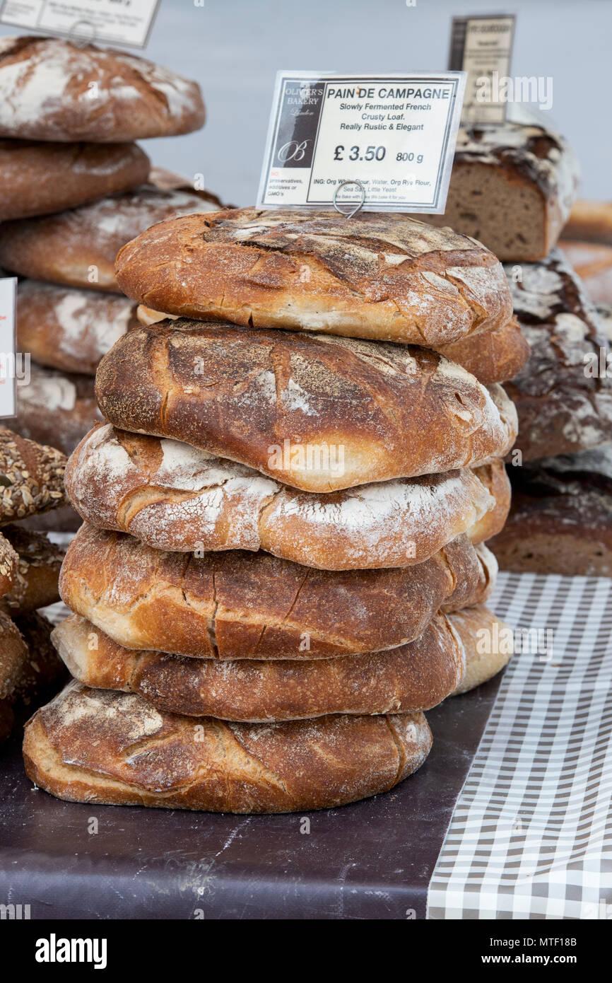Pain de campagne / Français pain au levain sur un stand à un festival gastronomique. Oxfordshire, Angleterre Photo Stock