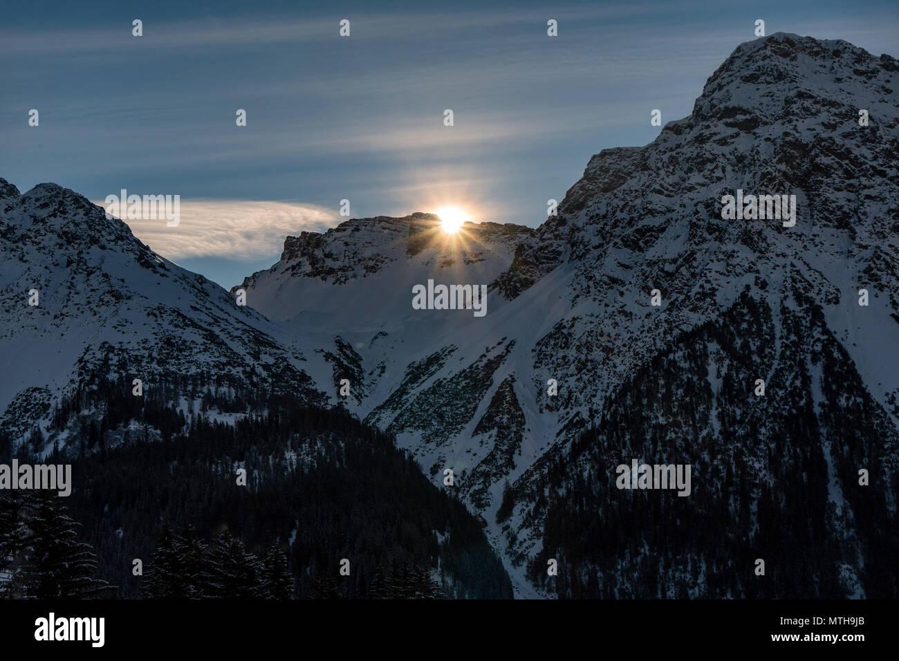Sur la montagne pendant l hiver, ciel bleu Banque D Images, Photo ... 9d9a064a56a