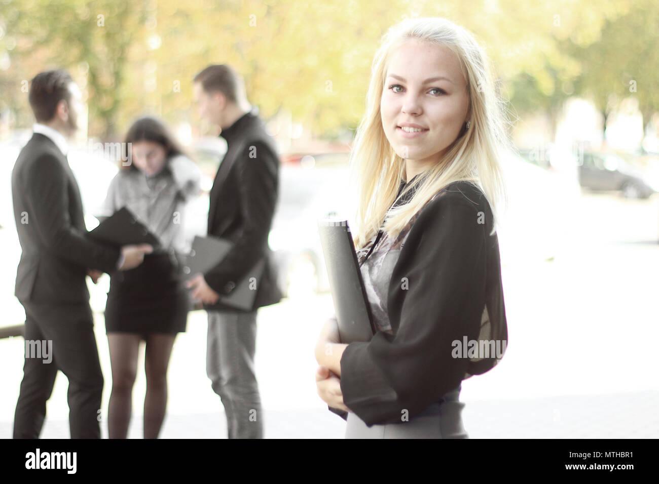 Jeune femme d'affaires à l'extérieur près du presse-papiers Office Banque D'Images