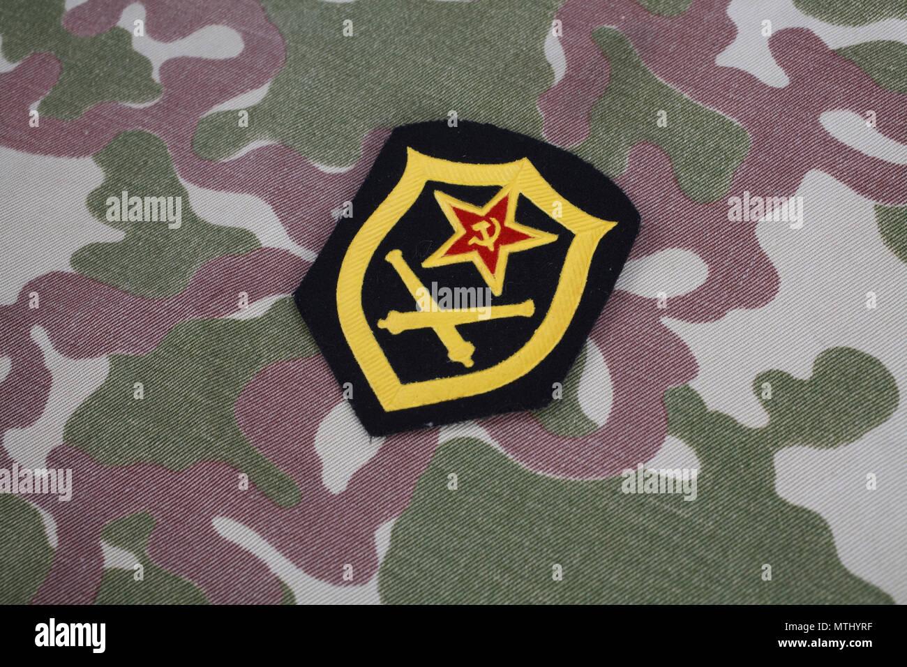L'artillerie de l'armée soviétique d'épaule sur camouflage Banque D'Images