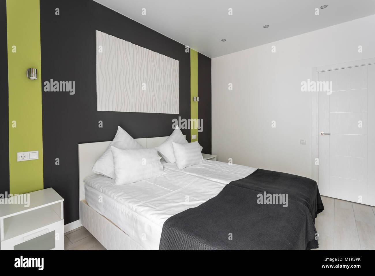 Chambre Standard De Lu0027hôtel. Chambre à Coucher Moderne Avec Des Oreillers  Blancs. Simple Et élégante.