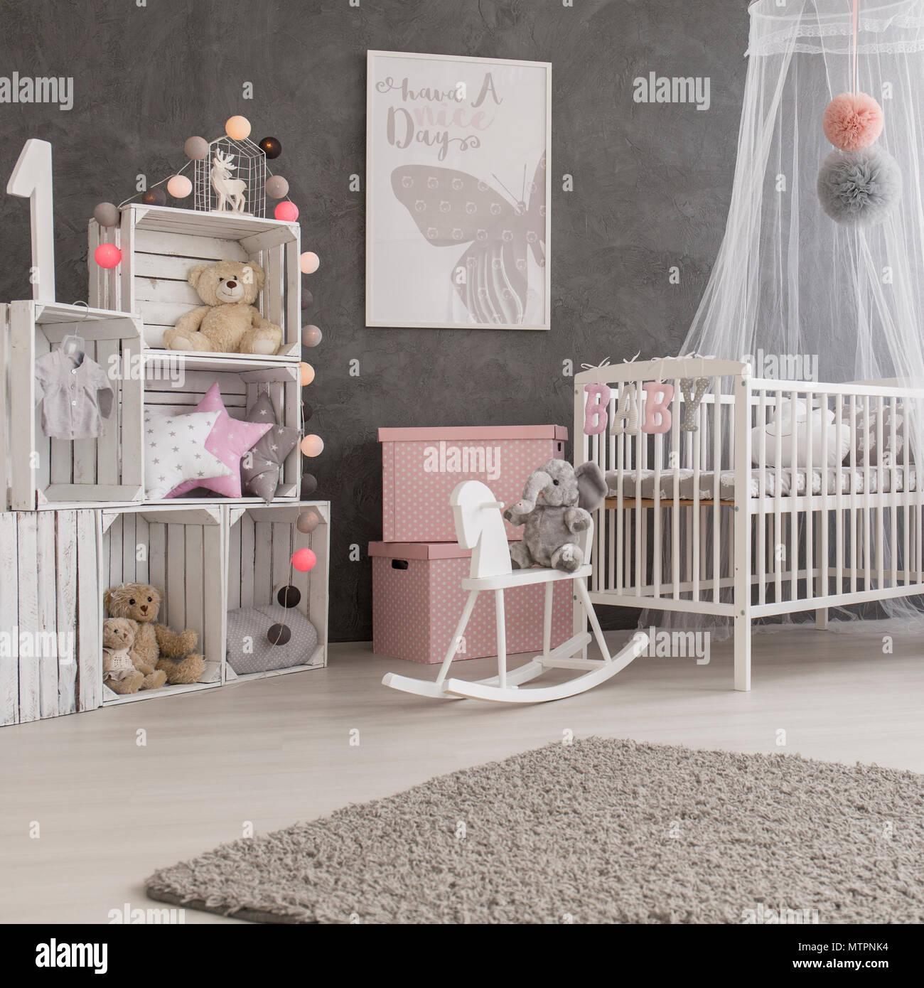 tiré d'un cadre cosy et moderne chambre bébé fille banque d'images