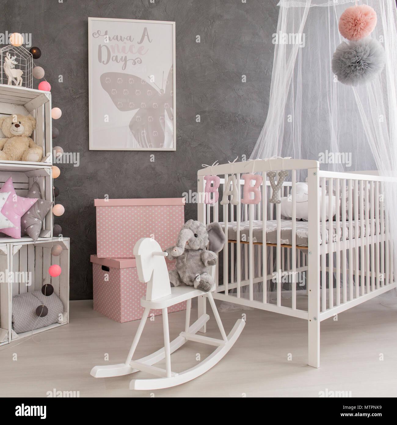 Tourné d\'un gris, blanc et rose chambre bébé fille Banque D\'Images ...