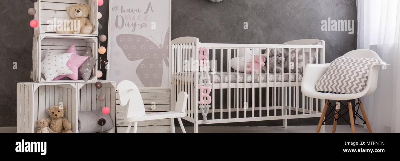 La chambre de bébé fille moderne avec des meubles blancs, boîte en ...