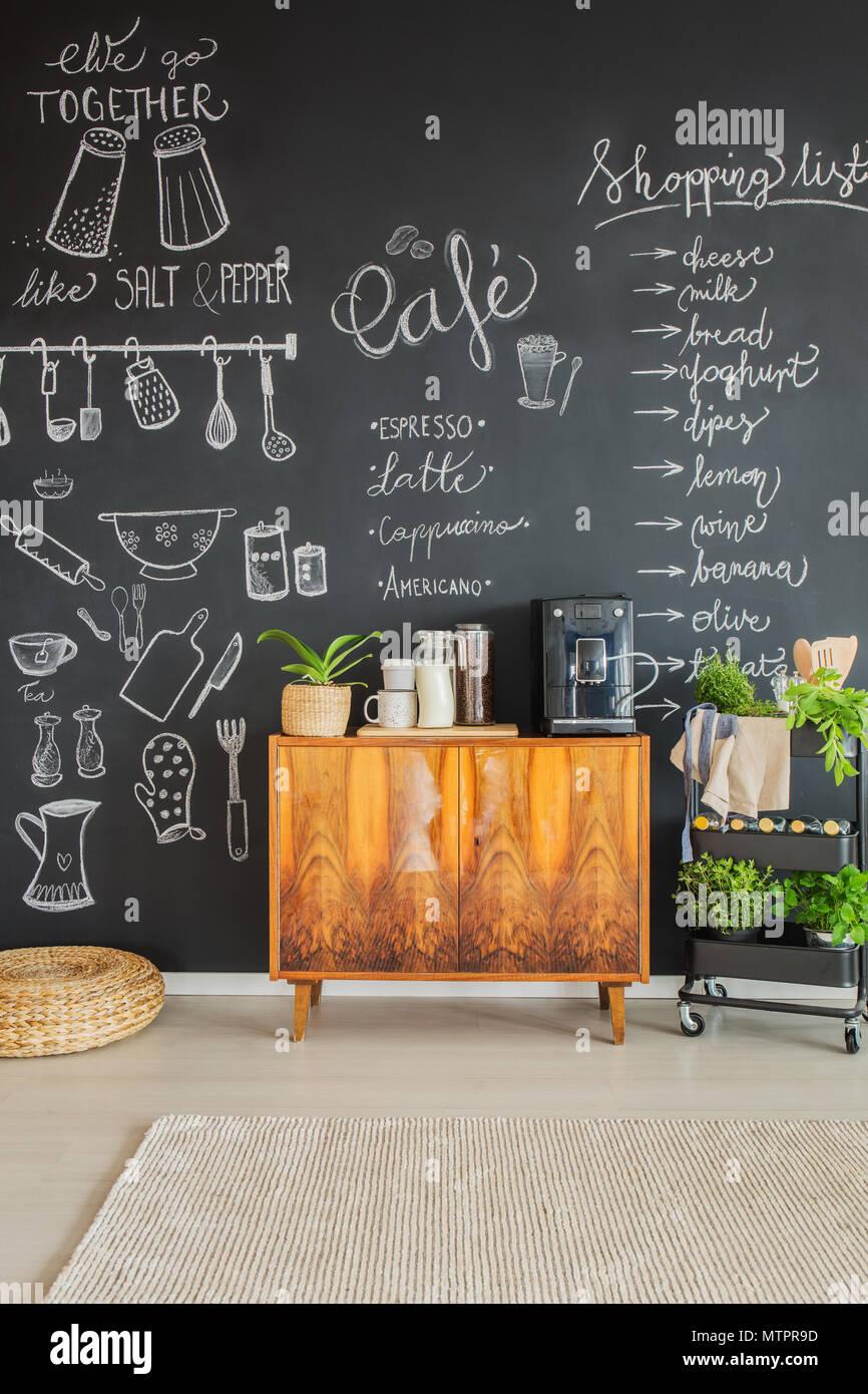 Dessins à la craie sur le mur de cuisine et une machine à café sur meuble Banque D'Images