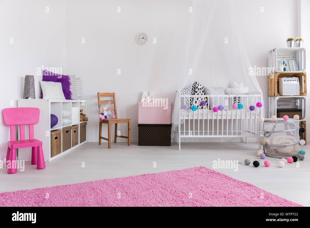 Jolie chambre rose et blanc conçu pour la petite fille. Par le mur ...