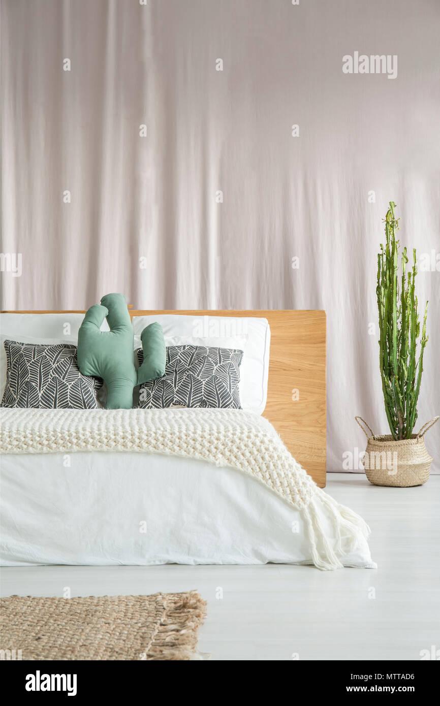 Cactus Vert Oreiller Sur Lit King Size Avec Des Draps Blancs à Lu0027intérieur  Chambre à Coucher Lumineuse Avec Cactus