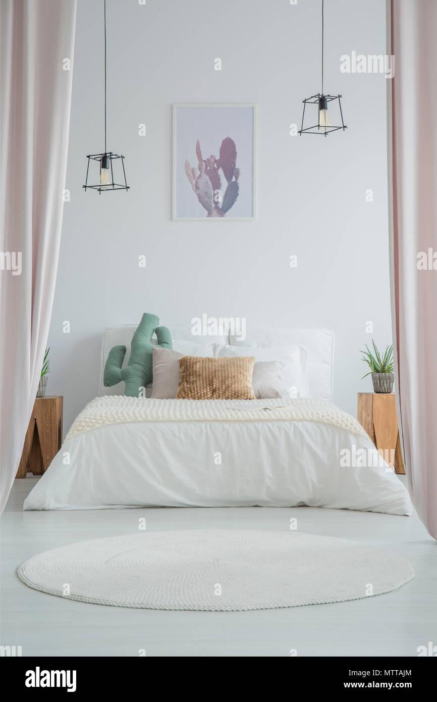 Tapis rond blanc à l\'intérieur chambre à coucher simple avec cactus ...