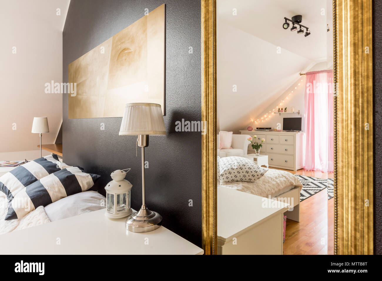 Nouvelle Chambre Avec Mur Noir Transparent Ouvert à Une Chambre à Coucher  Spacieuse, Lumineuse Avec Des Meubles Blancs