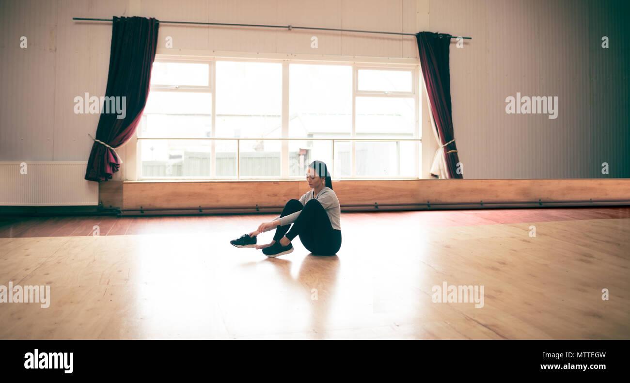 Danseuse portant des chaussures dans un studio de danse Photo Stock