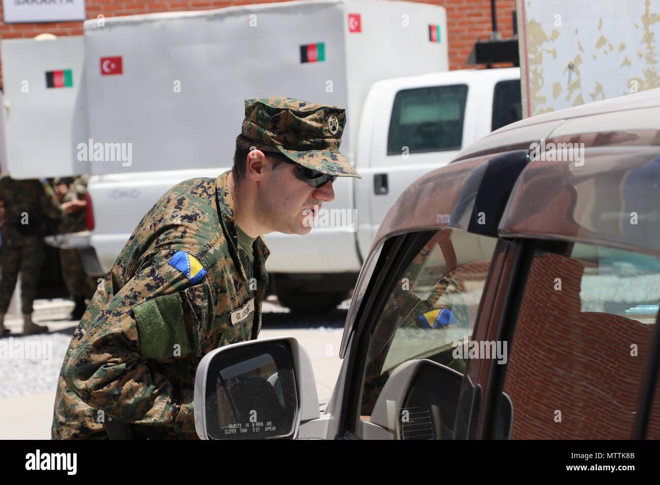 Kaboul, Afghanistan (mai 27, 2018) - Une organisation internationale de la Police militaire des Forces armées de Bosnie-Herzégovine effectue une patrouille de routine à l'Aéroport International d'Hamid Karzaï, le 27 mai 2018. La Bosnie-et-Herzégovine sont l'une des 39 nations qui jouent un rôle important dans l'appui résolu de l'OTAN mission. (Appui résolu photo de Jordanie Belser) Banque D'Images
