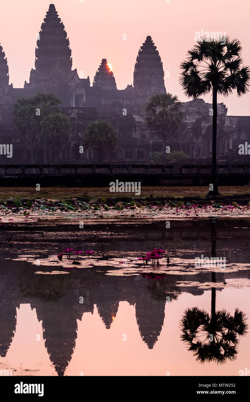 Lever de soleil à couper le souffle antient vieux temple d'Angkor Wat, au Cambodge Photo Stock