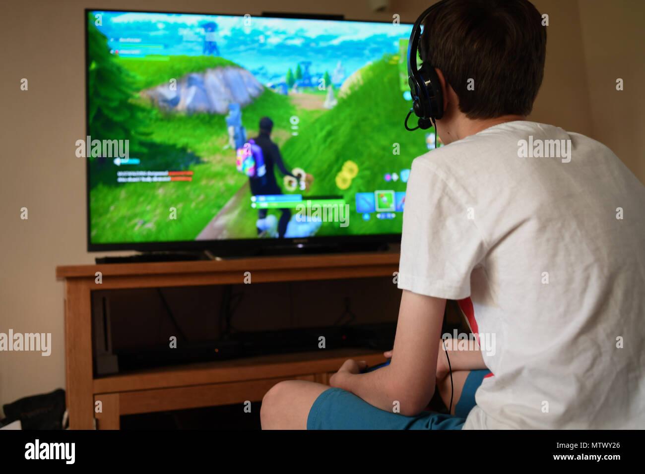 un adolescent de 13 ans fortnite joue sur le jeu ps4 l 39 aide d 39 un casque pour communiquer avec. Black Bedroom Furniture Sets. Home Design Ideas
