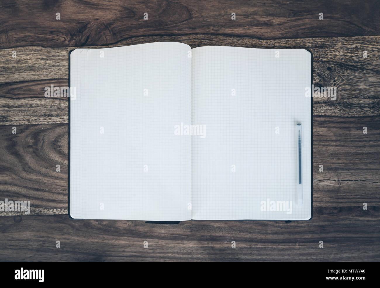 Tourné directement au dessus de l open journal intime et stylo sur