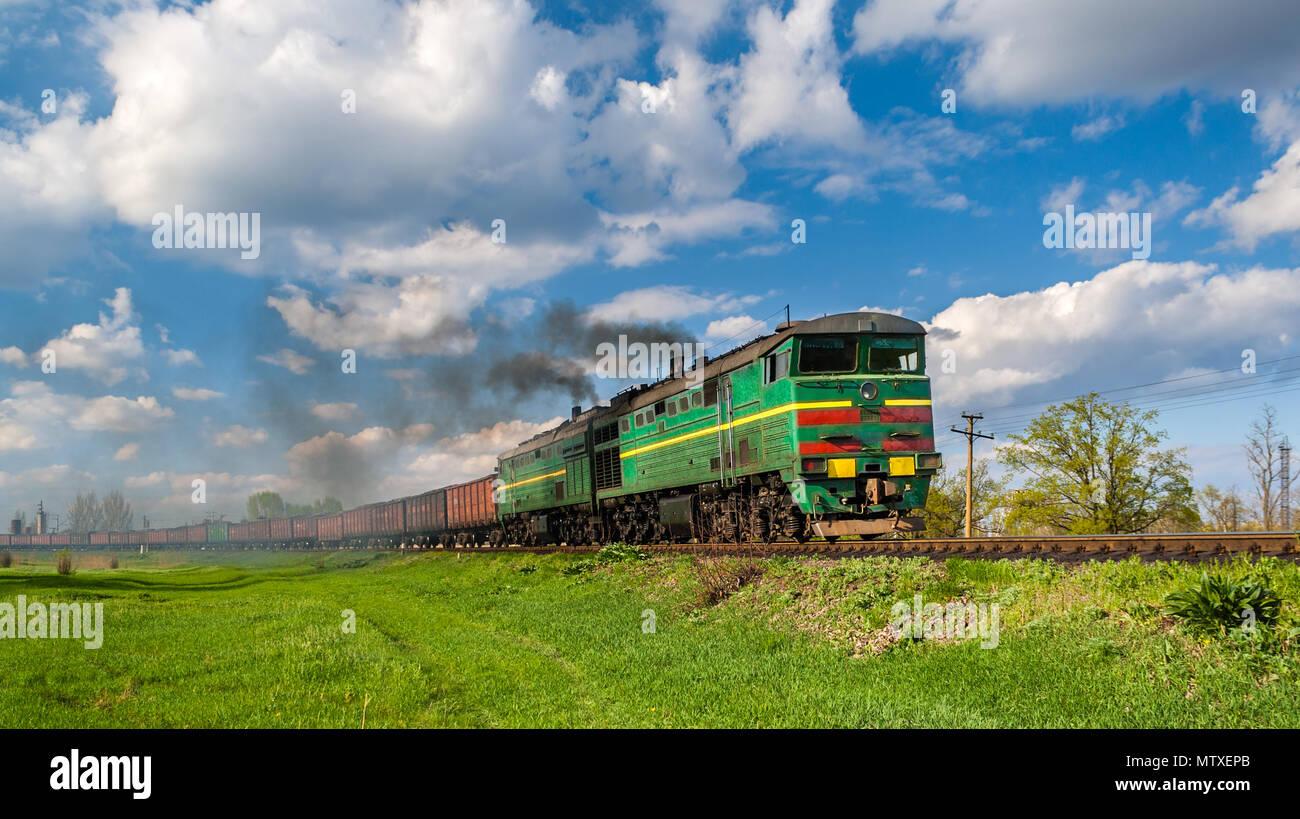 Le train de marchandises lourds tractés par des locomotives diesel. Photo Stock