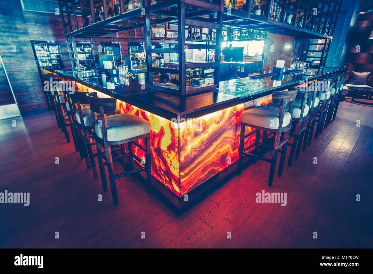 Le comptoir de bar contemporain avec l\'équipement et les ...