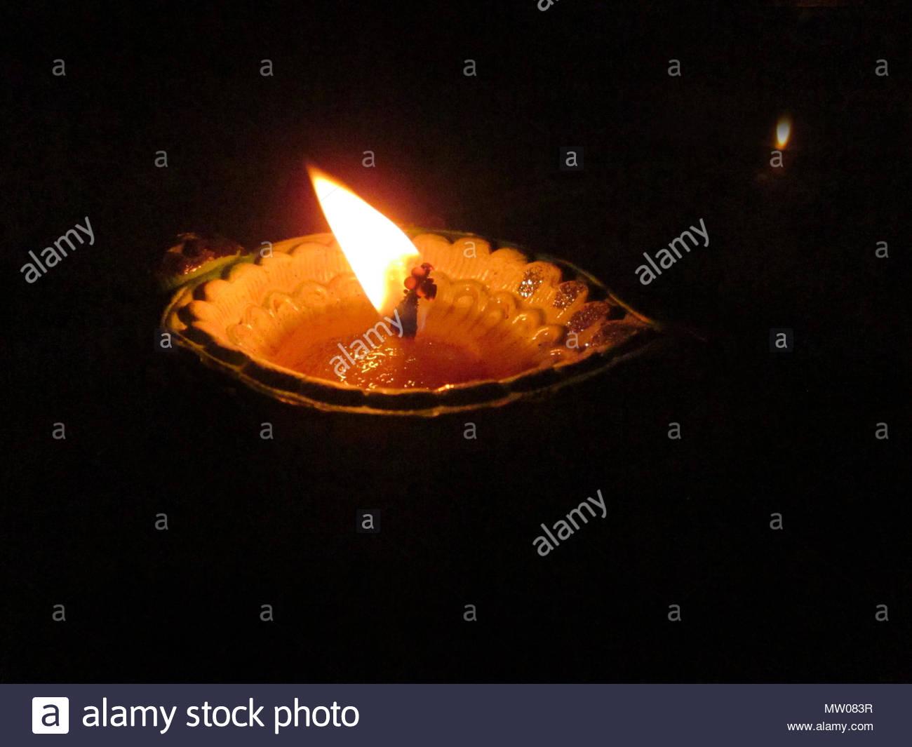 Lampe A Huile Indienne De Priere Allume Un Feu Un Feu Rouge Sur Un