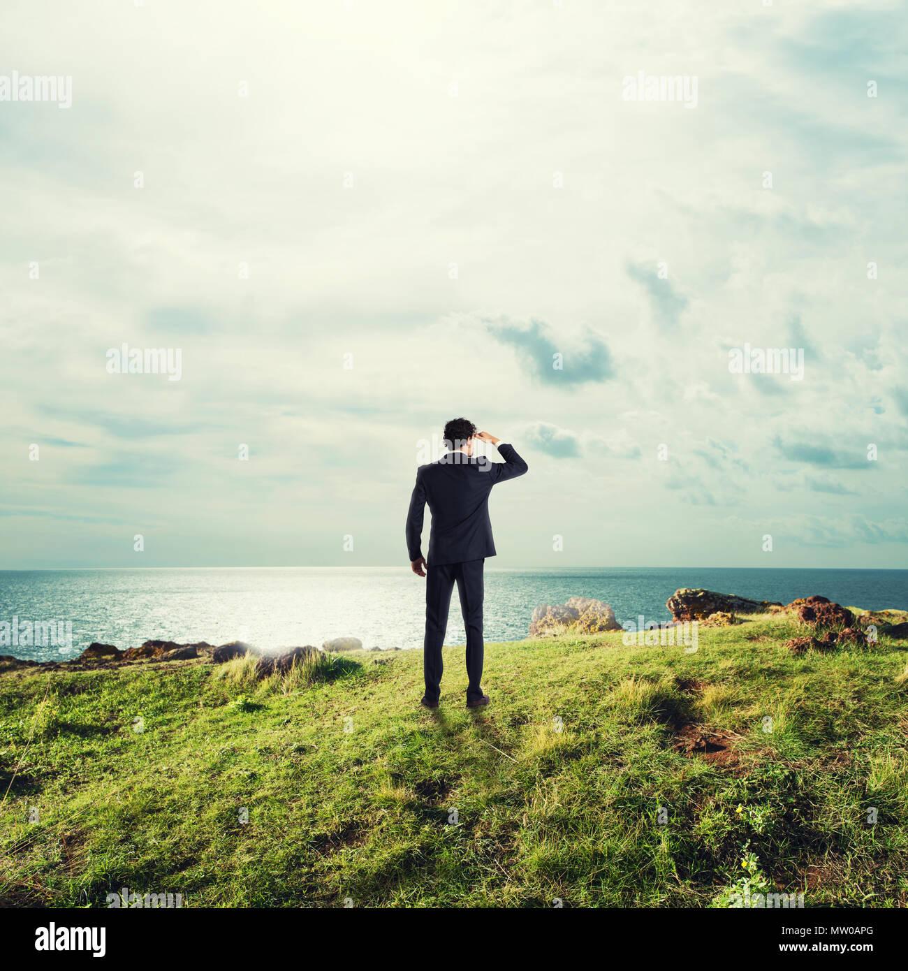 Businessman searchs pour de nouvelles occasions d'affaires Photo Stock