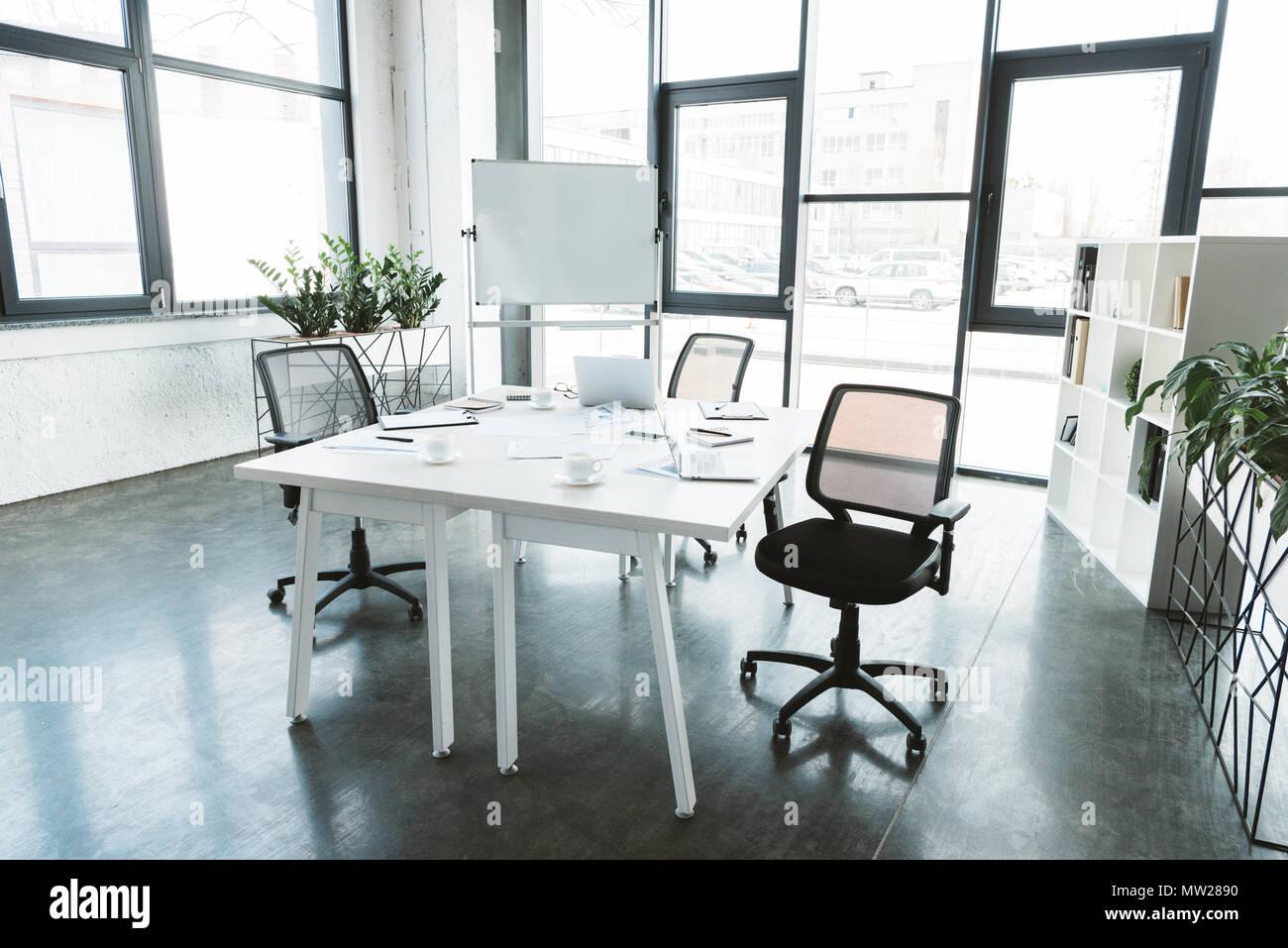 L intérieur de bureau moderne avec bureau documents chaises et