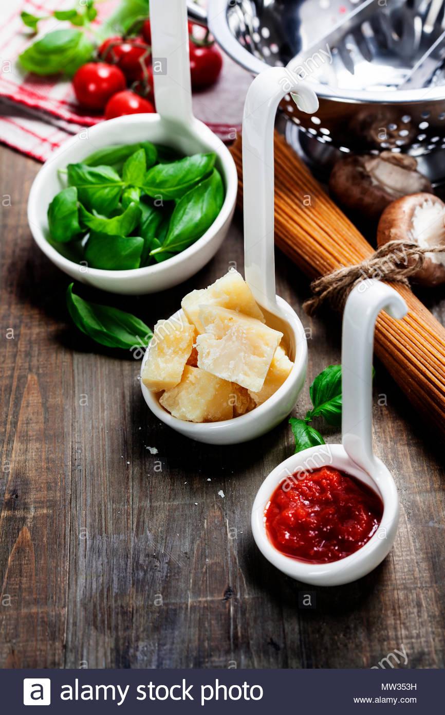 Des pâtes et des ingrédients italiens Photo Stock