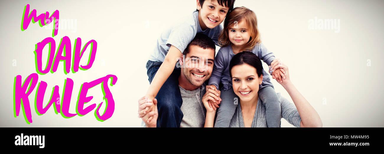 Les parents de donner aux enfants des tours de ferroutage Banque D'Images