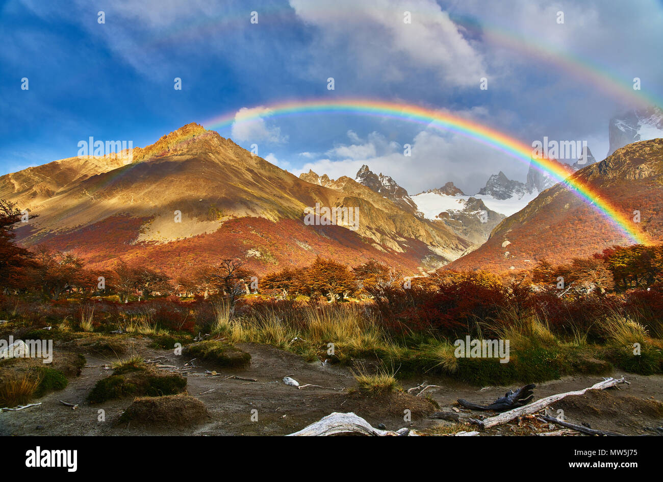 Montagnes et un arc-en-ciel dans le parc national Los Glaciares. Patagonie Argentine à l'automne Banque D'Images