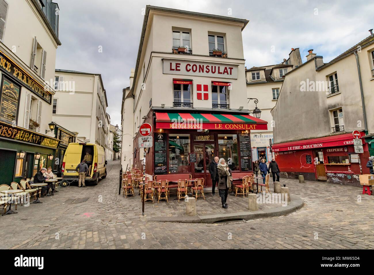 L'hiver à Paris, les touristes et les visiteurs à l'extérieur Le consulat, un restaurant populaire et un café à Montmartre, Paris, France Banque D'Images