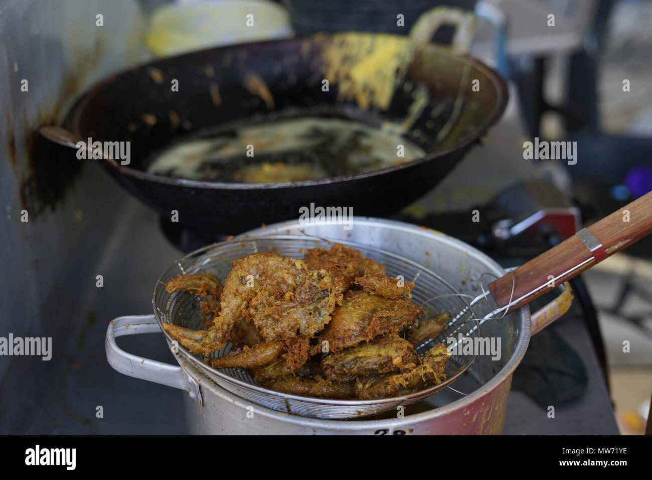 Poulet frit avec garniture croquante savoureuse la vente au marché de l'alimentation de rue Photo Stock