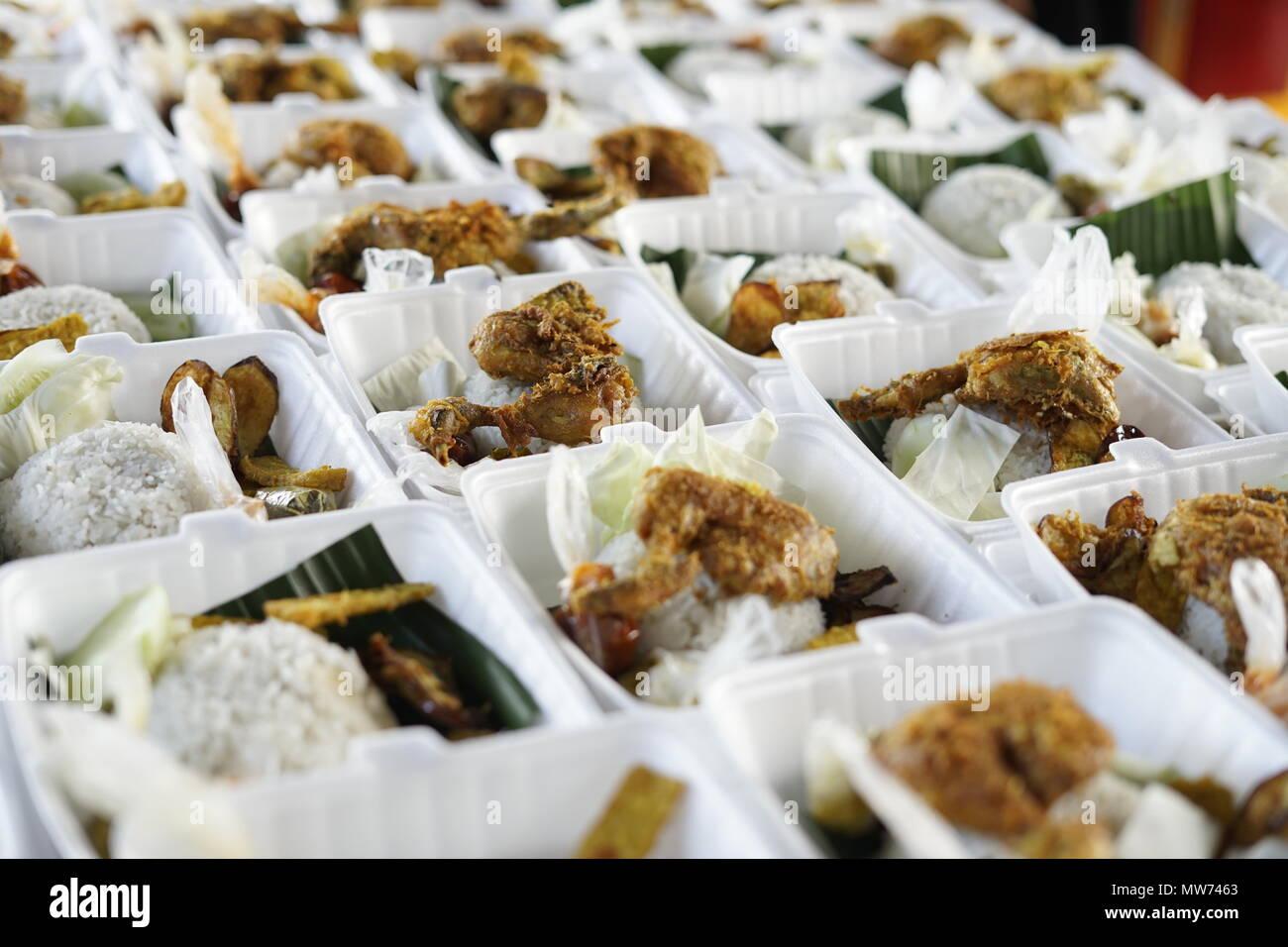 La vente du vendeur de poulet frit croustillant au cours de mois de jeûne à commercialiser des aliments de rue à Banda Aceh, Indonésie Photo Stock