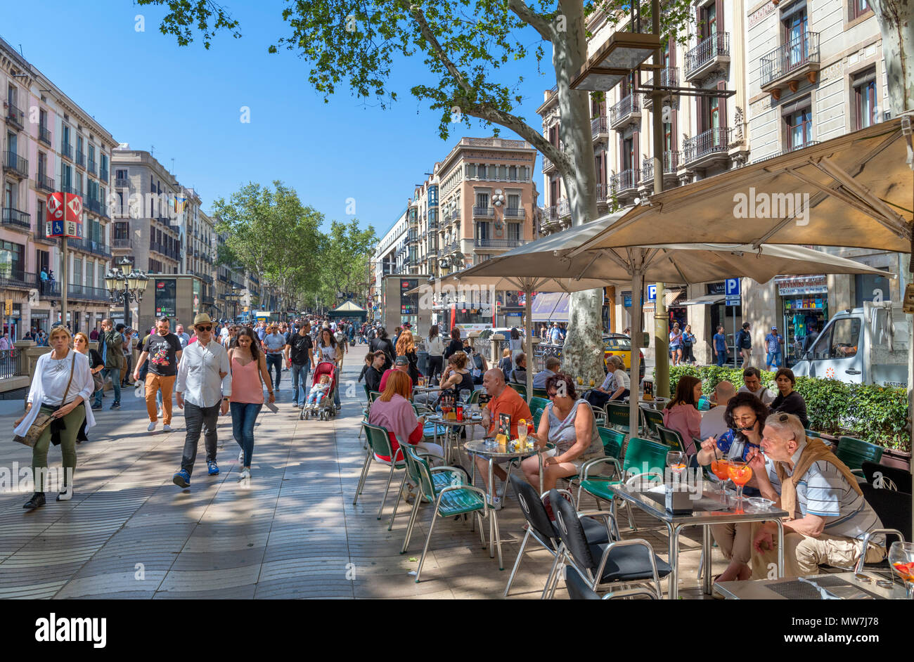 Las Ramblas, Barcelone. Cafe sur l'animée Rambla dels Caputxins, Barcelone, Catalogne, Espagne. Photo Stock