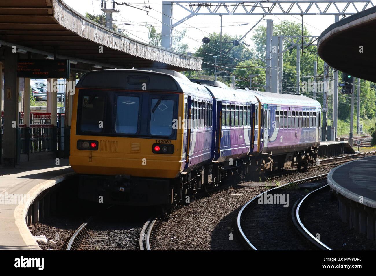 Diesel Pacer 142063 un service du nord de la plate-forme à 1 à Carnforth gare avec train de passagers de Leeds à Morecambe. Photo Stock