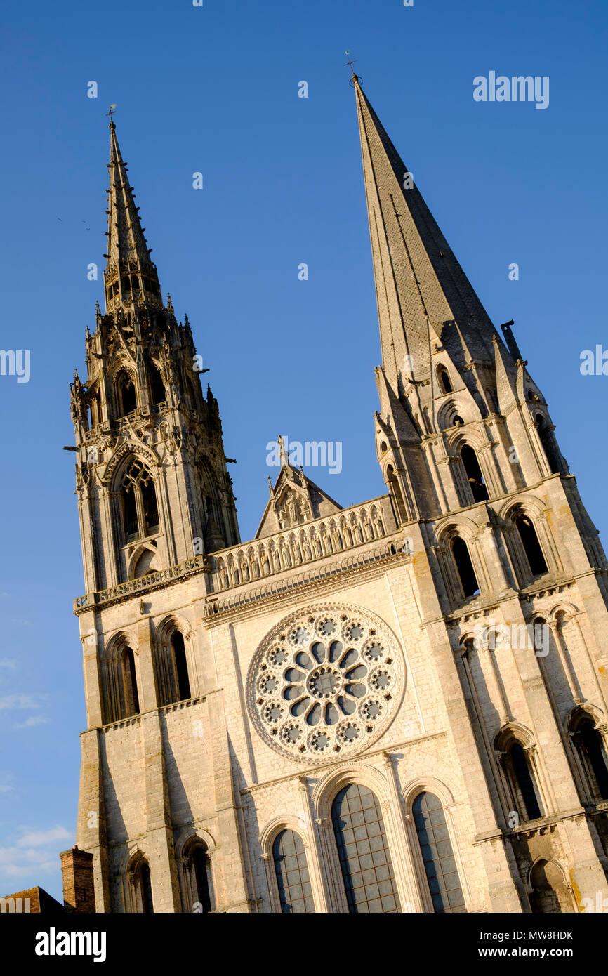 Les deux flèches opposées à la façade ouest de la cathédrale de Chartres France Photo Stock