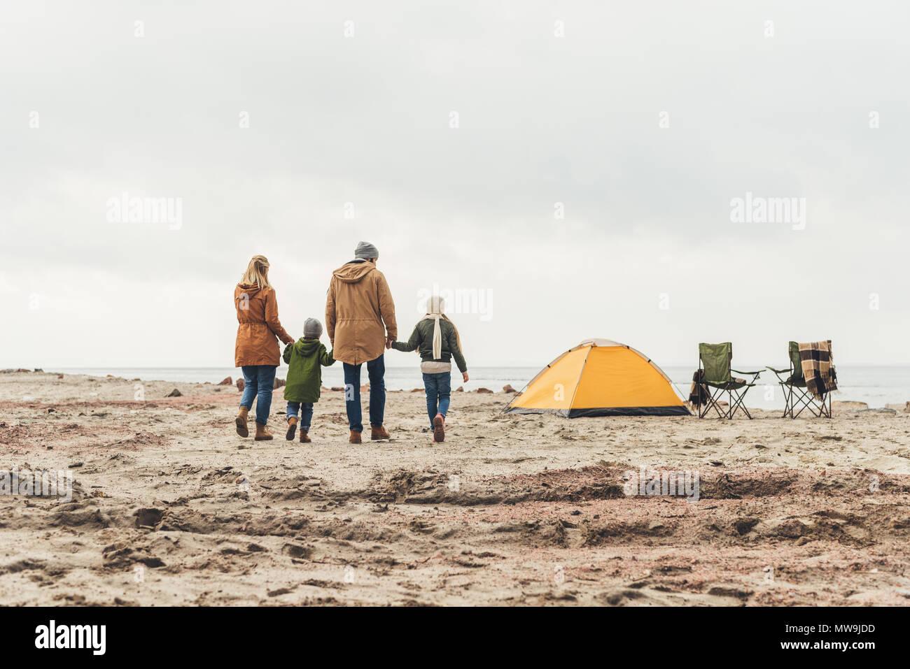 Belles balades familiales pour tente de camping sur la mer par jour nuageux Photo Stock