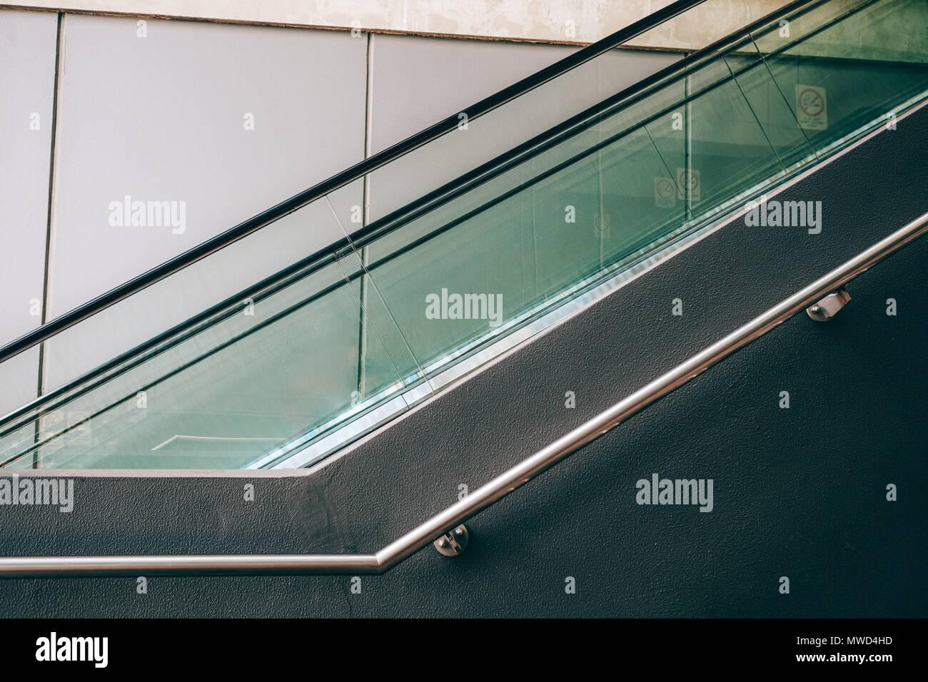 Fragment d'escalator et main courante - détail architecturall géométrique Banque D'Images