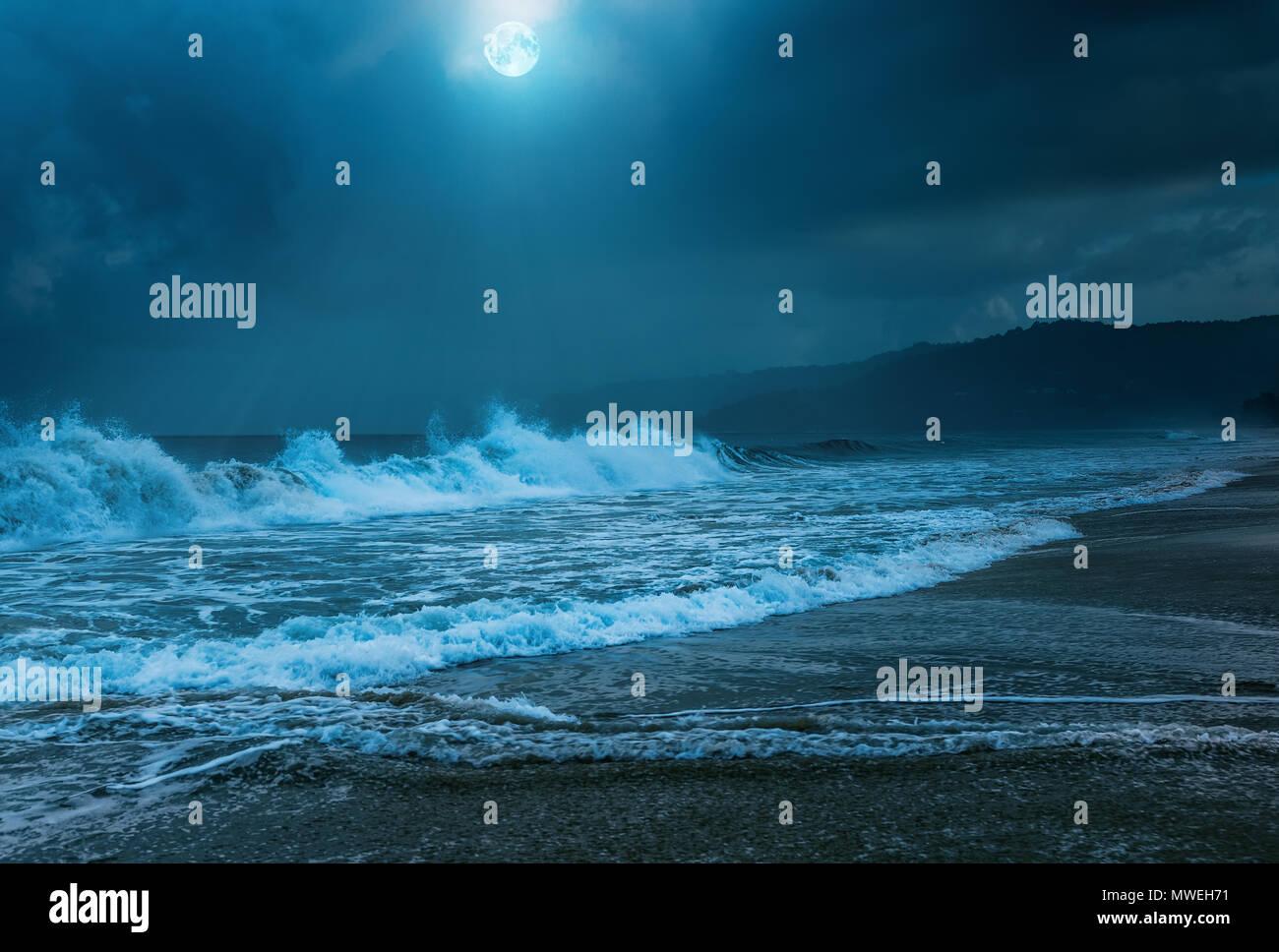 Tempête nocturne sur la plage de Karon. L'île de Phuket en Thaïlande. Photo Stock