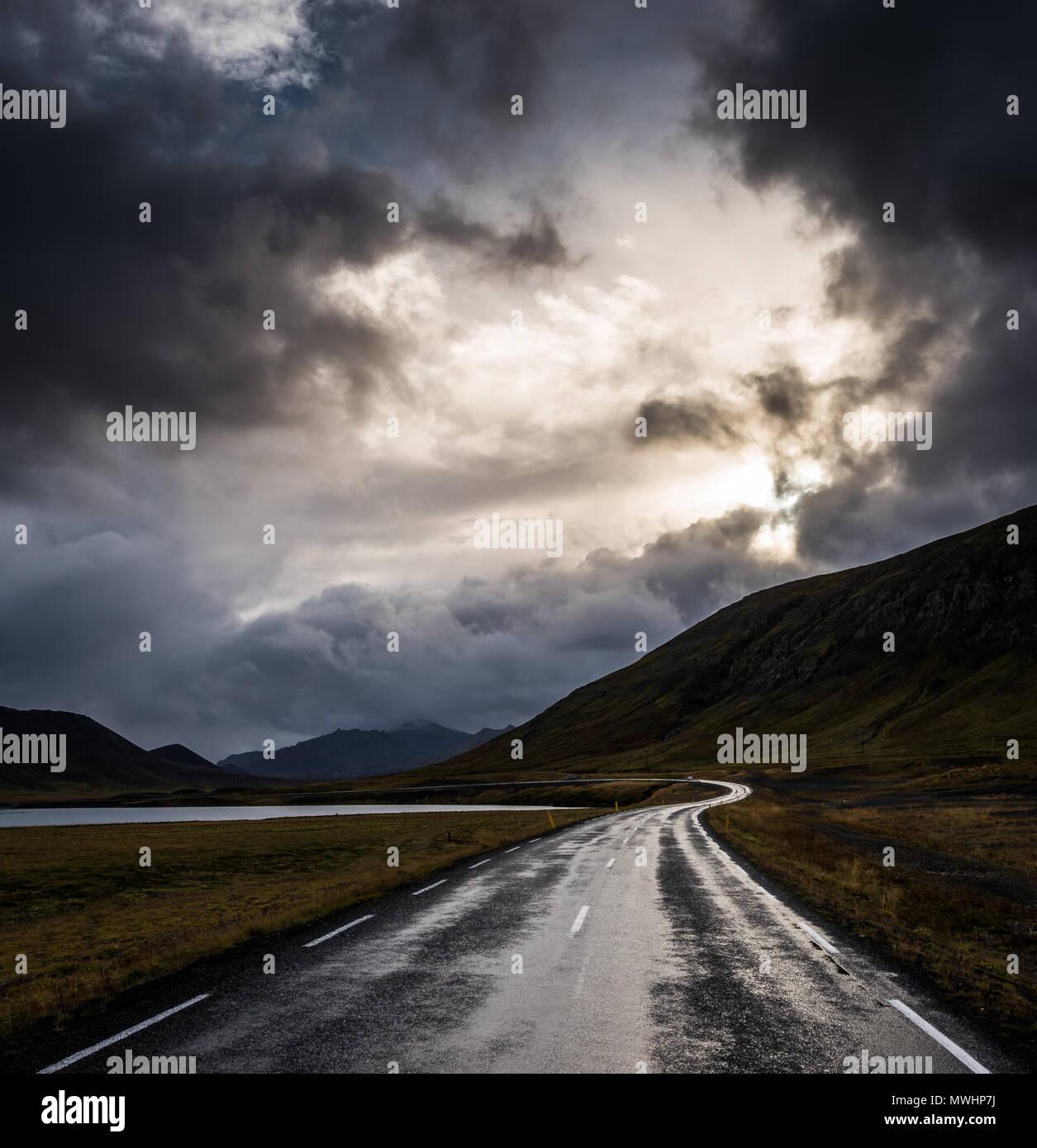 Une route sur la péninsule de snæfellsnes islandaise sur une matinée pluvieuse Photo Stock