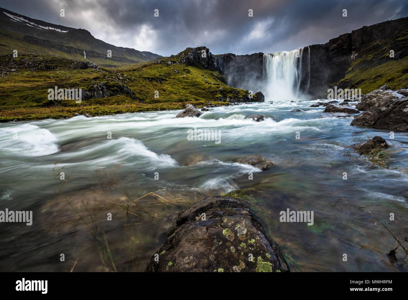 L'un des plus emblématiques situé à plus petit et moins connu des chutes d'Islande Photo Stock