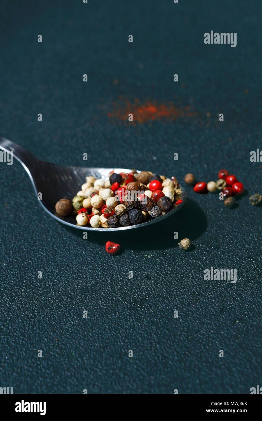 D'épices poivre de texture. Poivre en grains multicolores, mélange de grains colorés. Ingrédients pour la cuisson Photo Stock