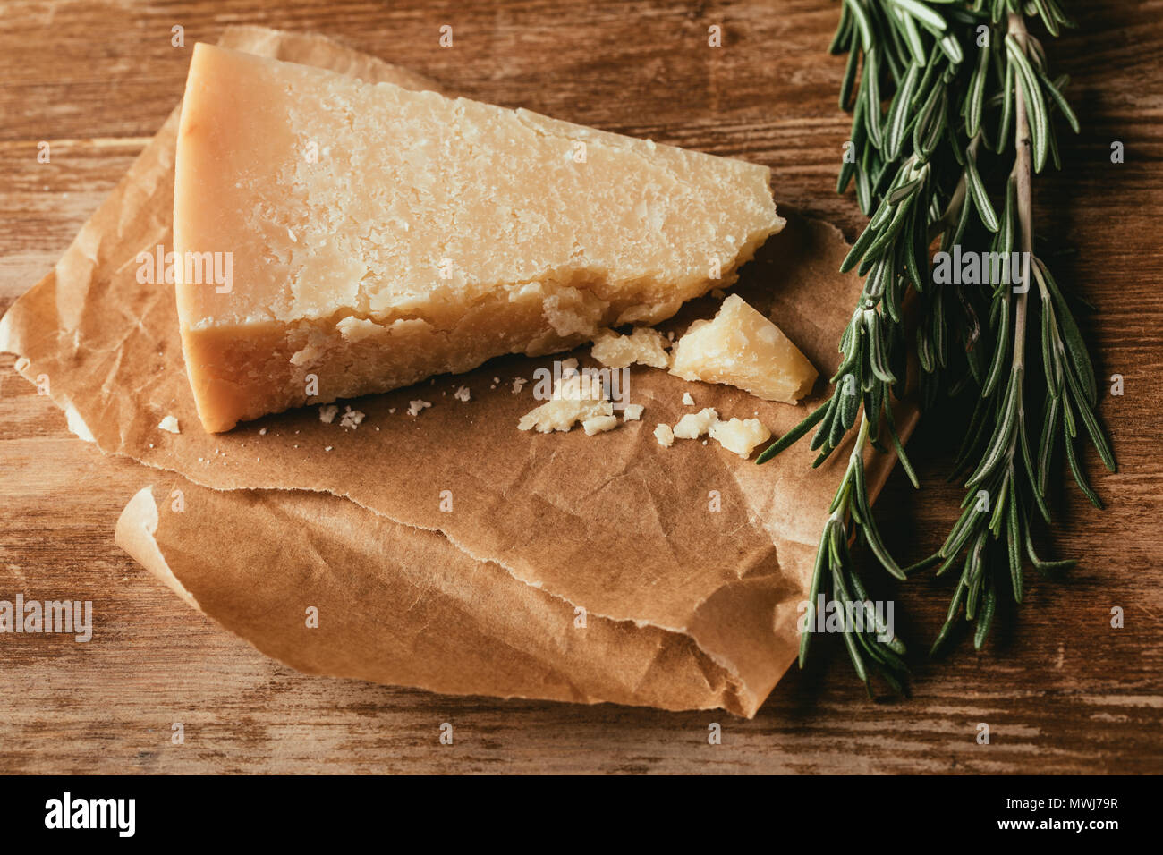 Vue de dessus de fromage Parmesan et romarin frais sur table en bois Photo Stock