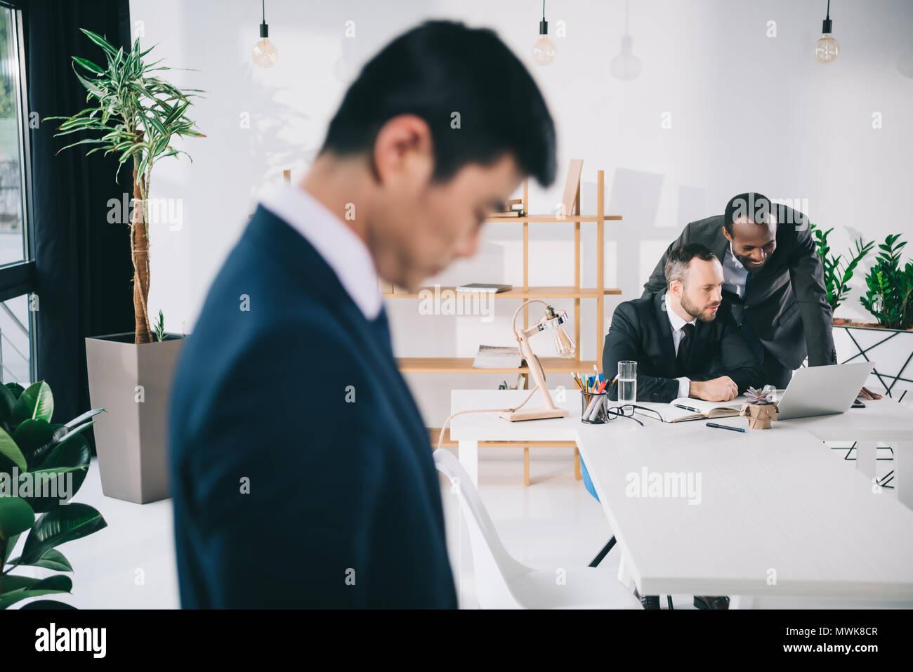 Les collègues de bureau moderne avec asian businessman on foreground Photo Stock