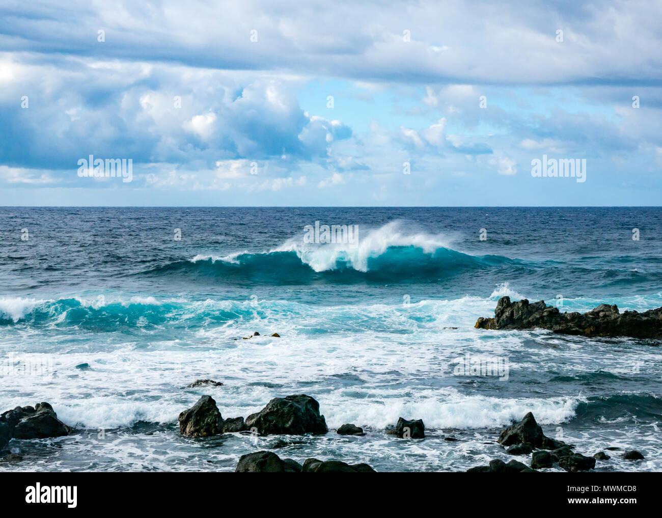 Océan Pacifique vagues se brisant sur la côte rocheuse, côte sud de l'île de Pâques, Rapa Nui, Chili Banque D'Images