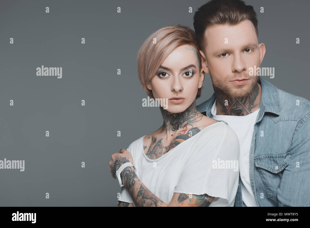 Beau couple tatoué qui baise