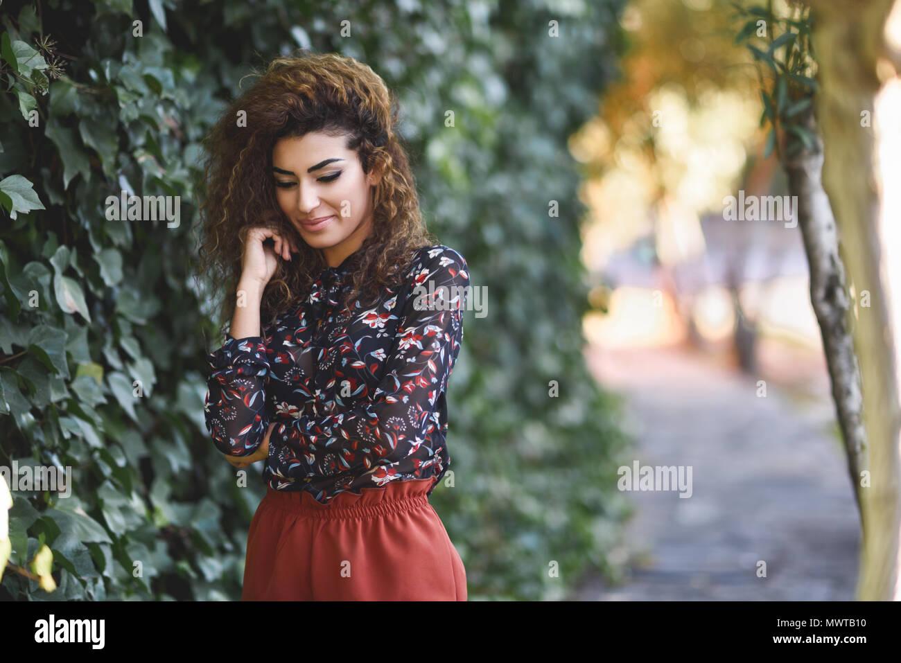 Fille Arabe belle jeune femme arabe avec black curly hairstyle. fille arabe