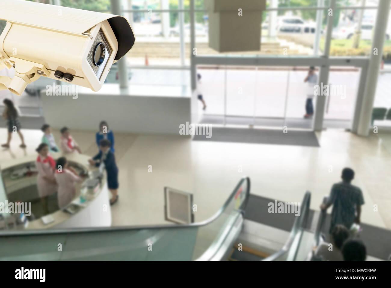 La caméra de sécurité CCTV fonctionnant en relations publiques Centre d'arrière-plan flou de l'hôpital. Banque D'Images