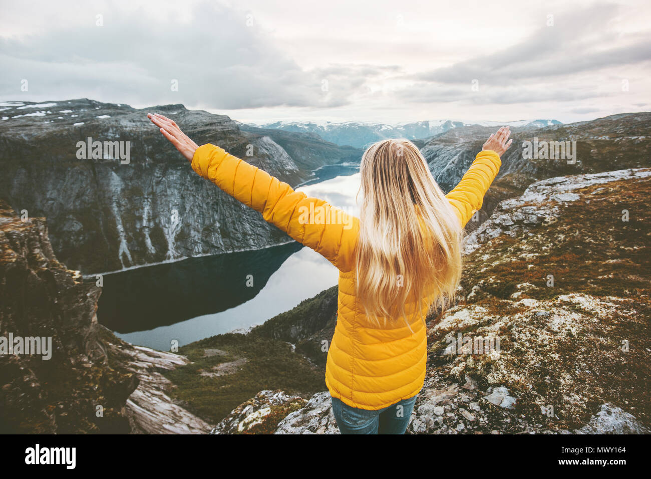Voyage en montagne en toute sécurité avec une assurance voyage femme soulevées mains bénéficiant d'aventure vacances voyage paysage vie succès l'harmonie avec la nature les émotions Photo Stock