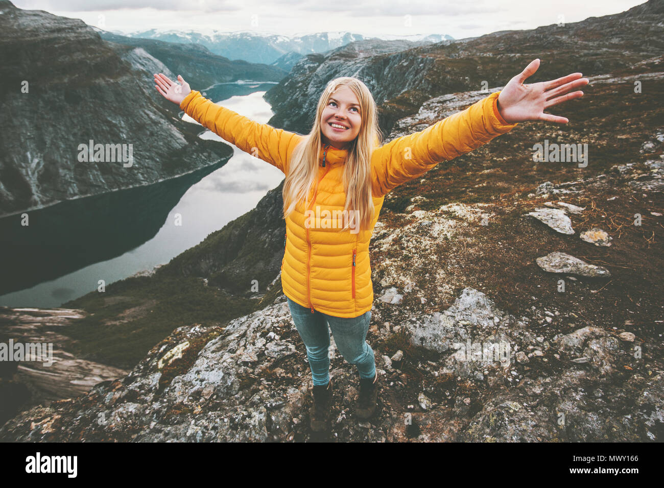 Happy girl succès mains posées debout sur la montagne de la randonnée aventure vacances vie voyage escapade week-end en Norvège paysage lac aérienne Photo Stock
