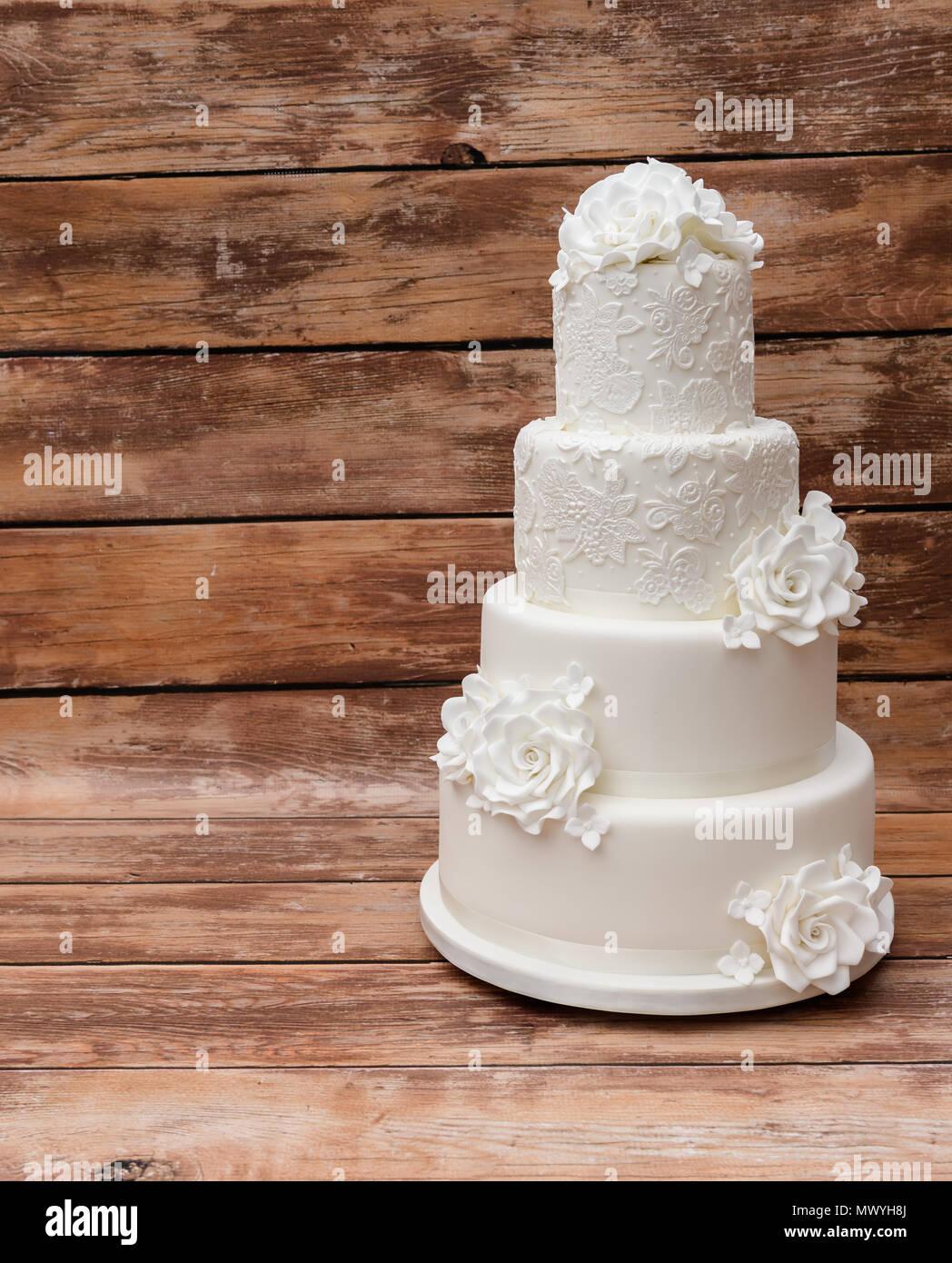 Niveau 4 gâteau de mariage blanc Photo Stock