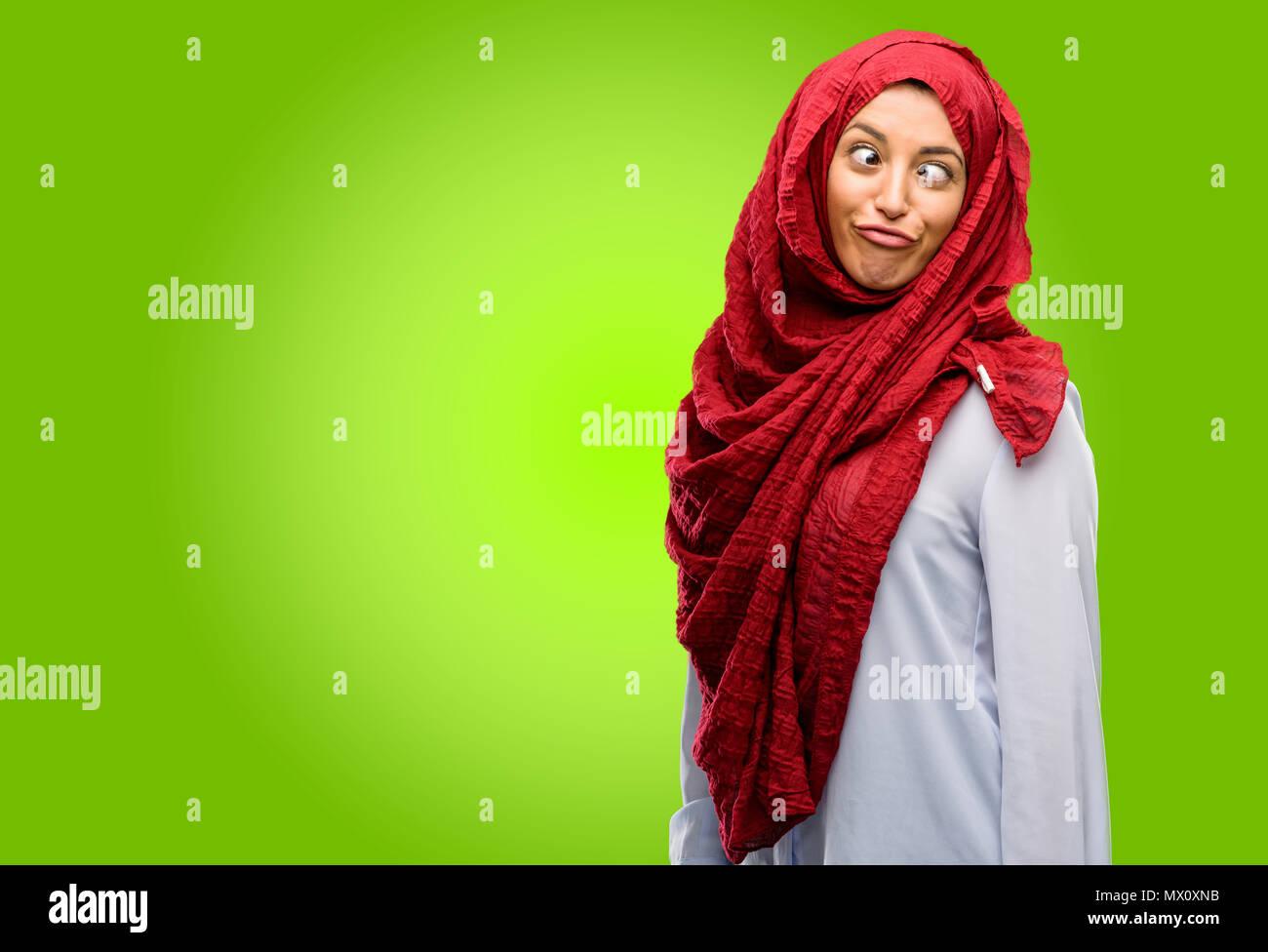 Jeune Femme Arabe Portant Le Hijab Faire Drole De Visage Berner Photo Stock Alamy